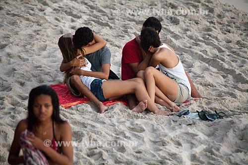 Jovens namorando na praia  - Rio de Janeiro - Rio de Janeiro - Brasil