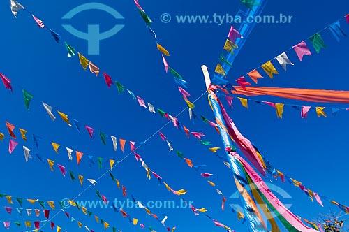 Assunto: Mastro com bandeiras coloridas / Local: Pirapora  -  Minas Gerais  -  MG  -  Brasil / Data: 05/2006