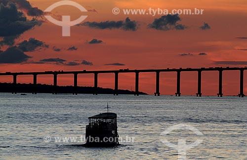 Assunto: Barco navegando no fim de tarde ao fundo ponte Rio Negro Essa ponte liga Manaus a Iranduba / Local: Manaus - Amazonas (AM) - Brasil  / Data: 03/2011