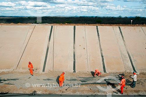 Assunto: Homens trabalhando na construção de canal de irrigação - Projeto de Integração do Rio São Francisco com as bacias hidrográficas do Nordeste Setentrional  / Local: Salgueiro - Pernambuco (PE) - Brasil / Data: 08/2010