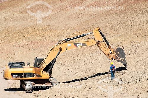 Assunto: Operário ao lado da escavadeira no canal de irrigação - Projeto de Integração do Rio São Francisco com as bacias hidrográficas do Nordeste Setentrional  / Local: Floresta - Pernambuco (PE) - Brasil / Data: 08/2010