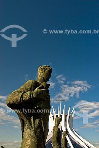 Assunto: Vista das Esculturas dos Evangelistas ao fundo Catedral Metropolitana de Nossa Senhora Aparecida (Catedral de Brasília) / Local: Brasília - Distrito Federal (DF) - Brasil  / Data: 04/2010
