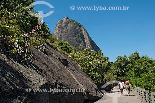 Pessoas caminhando na pista Claudio Coutinho com Pão de Açúcar ao fundo  - Rio de Janeiro - Rio de Janeiro - Brasil