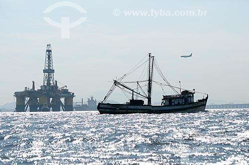 Assunto: Plataforma de petroleo com barco de pesca em primeiro plano / Local: Rio de Janeiro  -   Rio de Janeiro (RJ)  -  Brasil  / Data: Fevereiro de 2010