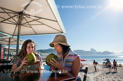 Assunto: Amigas conversando e tomando água de côco em quiosque na orla da praia de Copacabana -  DC nº 89 e nº 90 / Local: Rio de Janeiro (RJ) - Brasil / Data: 04/2011