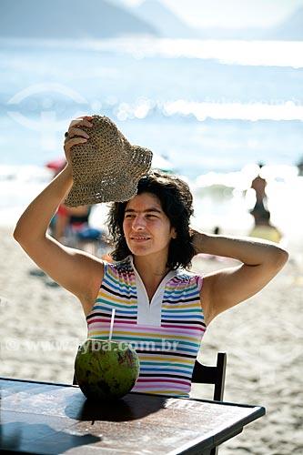 Assunto: Mulher tomando água de côco - DC nº 89 / Local: Rio de Janeiro (RJ) - Brasil / Data: 04/2011