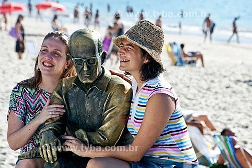 Assunto: Amigas sentadas ao lado da estátua do poeta Carlos Drummond de Andrade - DC nº 89 e nº 90 / Local: Rio de Janeiro (RJ) - Brasil / Data: 04/2011
