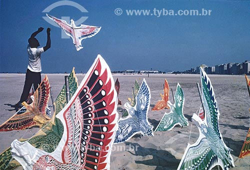 Assunto: Vendedor de pipa na praia de Copacabana / Local: Rio de Janeiro (RJ) - Brasil / Data: Década de 70