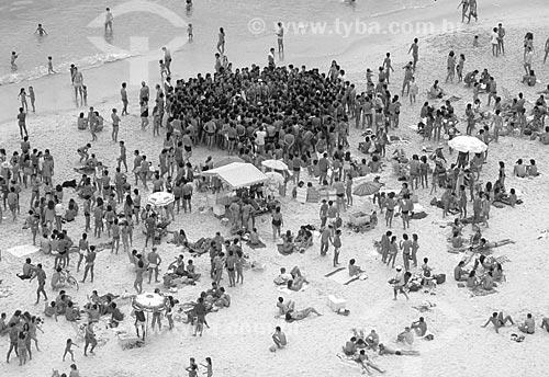 Assunto: Multidão reunida para ver mulher fazendo topless na praia de Ipanema na altura do Posto 9 / Local: Ipanema - Rio de Janeiro (RJ) - Brasil  / Data: Década de 80