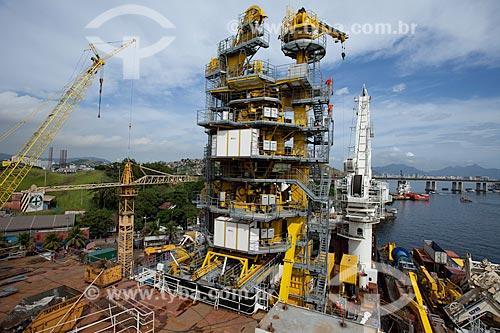 Assunto: Torre de lançamento de oleoduto ancorado no estaleiro STX na ilha da Conceição / Local: Niterói - Rio de Janeiro (RJ) - Brasil  / Data: 06/2010