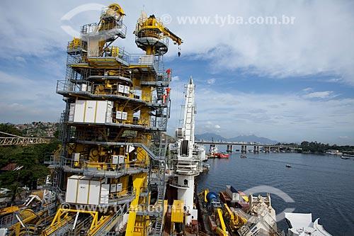 Assunto: Torre de lançamento de oleoduto ancorado no estaleiro STX na ilha da Conceição / Local: Niterói - Rio de Janeiro (RJ)  / Data: 06/2010