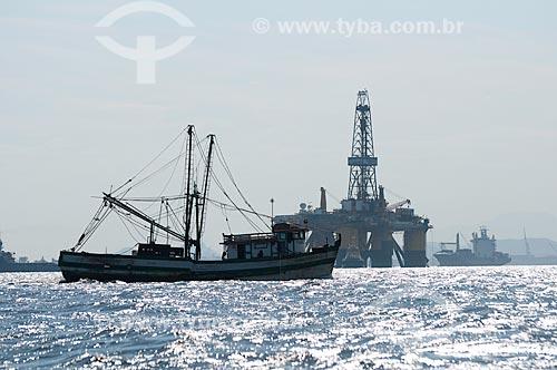 Assunto: Plataforma de petróleo com barco de pesca em primeiro plano / Local: Rio de Janeiro (RJ) - Brasil / Data: 02/2010
