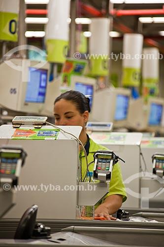 Assunto: Operadora de caixa em supermercado no Shopping Cidade / Local: Belo Horizonte - Minas Gerais (MG) - Brasil / Data: 03/2011