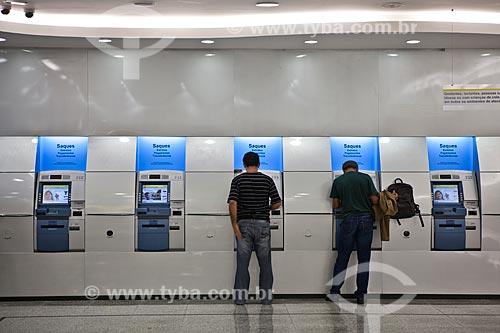 Assunto: Homens usando caixa automático do Banco do Brasil no Shopping Cidade / Local: Belo Horizonte - Minas Gerais (MG) - Brasil / Data: 03/2011