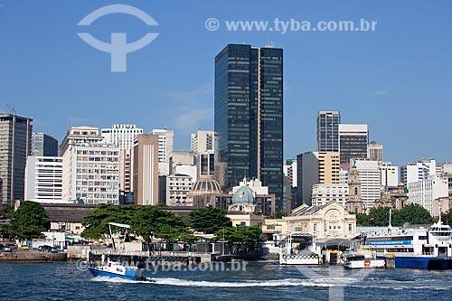 Praça XV (Praça Quinze) com embarcações e o Centro da cidade ao fundo, com destaque para o prédio da Universidade Candido Mendes (torre escura)  - Rio de Janeiro - Rio de Janeiro - Brasil