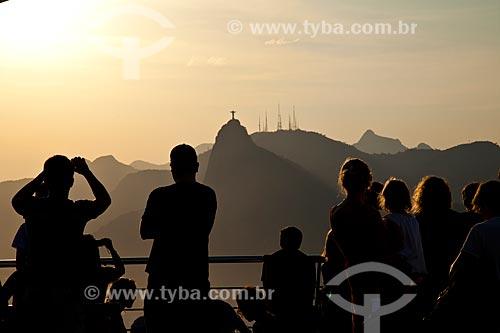 Assunto: Turistas no Pão de Açúcar olhando o Cristo Redentor / Local: Rio de Janeiro - RJ - Brasil / Data: 10/201