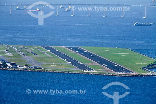 Assunto: Vista aérea da pista do aeroporto Santos Dumont com Ponte Rio-niterói ao fundo / Local: Rio de Janeiro - RJ - Brasil / Data: 11/2010