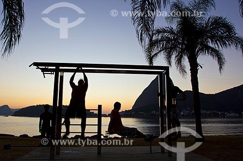 Assunto: Silhueta de pessoas se exercitando no Parque do Flamengo com Pão de Açúcar ao fundo / Local: Rio de Janeiro - RJ - Brasil / Data: 02/2011