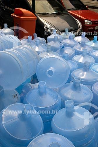 Assunto: Galões de água na calçada da Avenida Presidente Vargas / Local: Centro - Rio de Janeiro (RJ) - Brasil  / Data: 12/2009