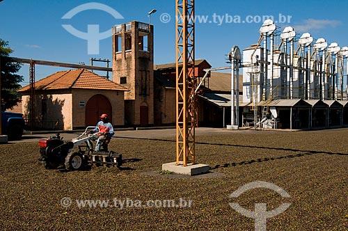 Assunto: Terreiro com grãos de café e secadores / Local: Garça - São Paulo (SP) - Brasil / Data: 06/2010