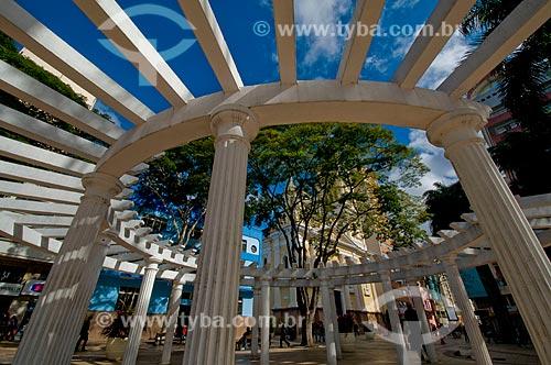 Assunto: Pérgola da Praça Coronel Fernado Prestes com Catedral Metropolitana Nossa Senhora da Ponte ao fundo / Local: Sorocaba - São Paulo (SP) - Brasil / Data: 06/2010