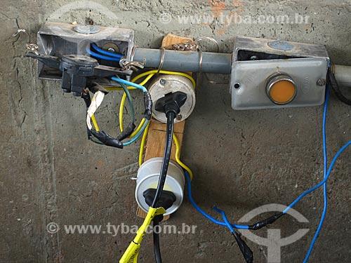 Assunto: Tomadas com instalação elétrica mal feita / Local: Bangu - Rio de Janeiro (RJ) - Brasil / Data: 02/2011