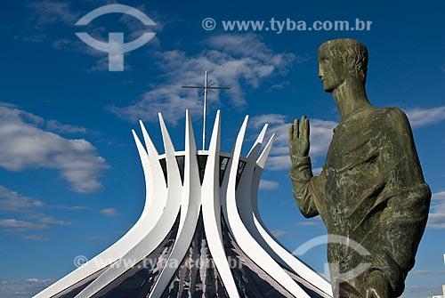 Assunto: Escultura Evangelista e ao fundo Catedral Metropolitana de Nossa Senhora Aparecida  (Catedral de Brasília)  / Local: Brasília -  Distrito Federal  (DF) - Brasil  / Data: 04/2010
