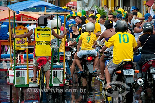 Assunto: Vista de rua movimentada no dia do jogo Brasil e Portugal - Copa do Mundo 2010 / Local: Parintins - Amazonas (AM) - Brasil / Data: 06/2010