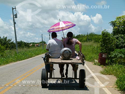 Assunto: Casal transportando botijão de gás em uma carroça / Local: Fronteiras - Piauí (PI) - Brasil / Data: 03/2011