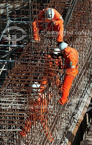 Assunto: Homens trabalhando na Unidade de Bombeamento Vertical - EBV 2 - Projeto de Integração do Rio São Francisco com as bacias hidrográficas do Nordeste Setentrional / Local: Floresta - Pernambuco (PE) - Brasil / Data: 08/2010