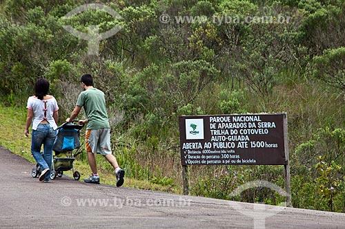 Assunto: Casal com carrinho de bebê no Parque Nacional de Aparados da Serra / Local: Cambará do Sul - Rio Grande do Sul (RS) - Brasil / Data: 03/2011