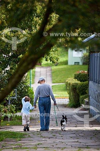 Assunto: Idoso passeando com criança e cachorro / Local: Canela - Rio Grande do Sul (RS) - Brasil / Data: 03/2011