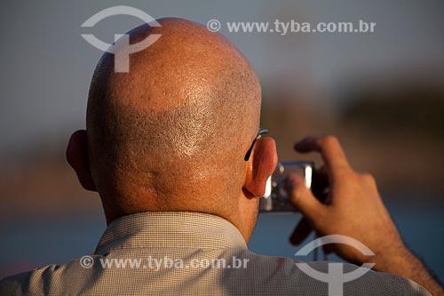 Assunto: Turista com máquina fotográfica / Local: Ipanema - Rio de Janeiro (RJ) - Brasil / Data: 02/2011
