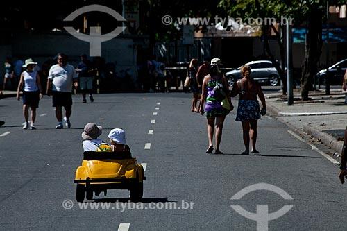 Assunto: Crianças brincando em uma miniatura de Volkswagen na Avenida Atlântica / Local: Copacabana - Rio de Janeiro (RJ) - Brasil / Data: 02/2011