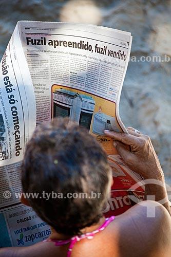 Assunto: Mulher lendo jornal na praia / Local: Urca - Rio de Janeiro (RJ) - Brasil / Data: 02/2011