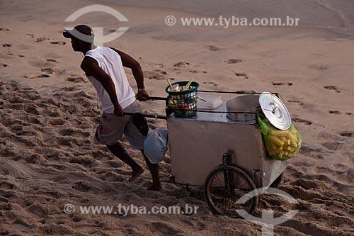 Assunto: Vendedor ambulante de milho verde na Praia de Ipanema / Local: Ipanema - Rio de Janeiro (RJ) - Brasil / Data: 02/2011