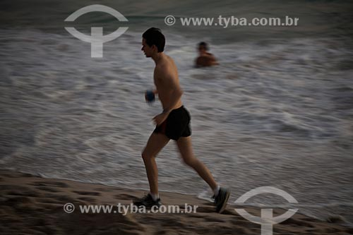 Assunto: Homem correndo na Praia de Ipanema / Local: Ipanema - Rio de Janeiro - Rio de Janeiro (RJ) - Brasil / Data: 02/2011