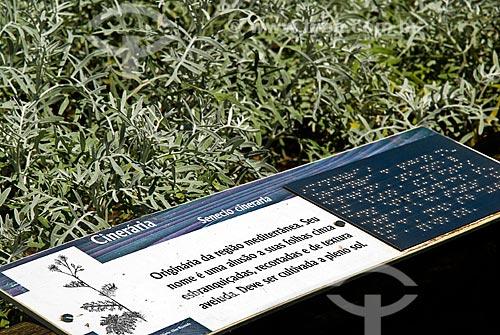 Assunto: Placa de identificação de planta com tradução para o sistema de leitura Braile  / Local: Jardim Botânico - Rio de Janeiro (RJ) - Brasil / Data: 11/2010