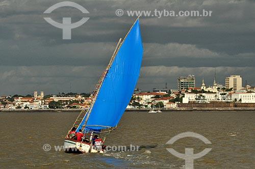 Assunto: Embarcação na Baía de São Marcos com Avenida Beira Mar ao fundo / Local: São Luís - Maranhão (MA) - Brasil / Data: 07/2011
