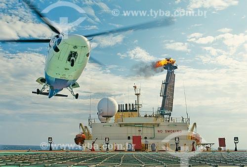 Assunto: Helicóptero pousando em navio tanque - Bacia de Campos / Local: Campos dos Goytacazes - Rio de Janeiro (RJ) - Brasil / Data: 2001
