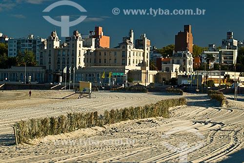 Vista da Playa Ramírez (Praia Ramirez) com o Edifício Mercosul - sede do bloco comercial - ao fundo  - Montevidéu - Departamento de Montevidéu - Uruguai
