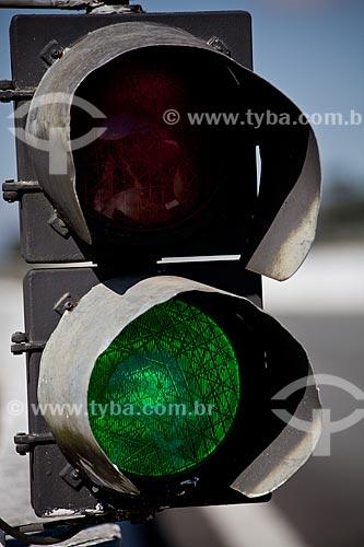 Assunto: Sinal de trânsito verde / Local: Curitiba - Paraná (PR) - Brasil / Data: 05/2011