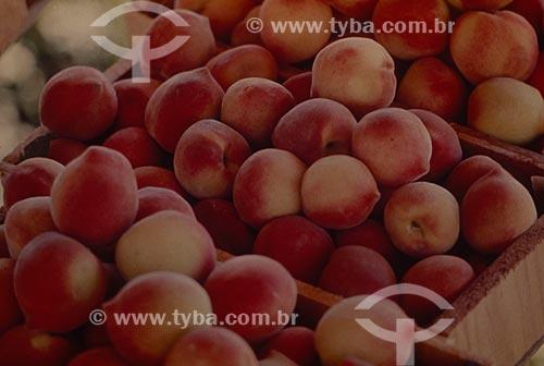 Assunto: Caixa com pêssegos no mercado público / Local: Porto Alegre - Rio Grande do Sul (RS) - Brasil / Data: 2006