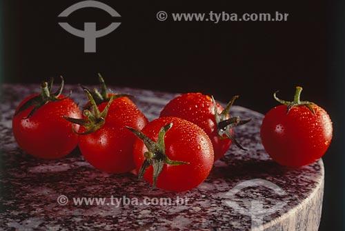 Assunto: Tomate cereja sobre a mesa / Local: Estúdio / Data: 2004