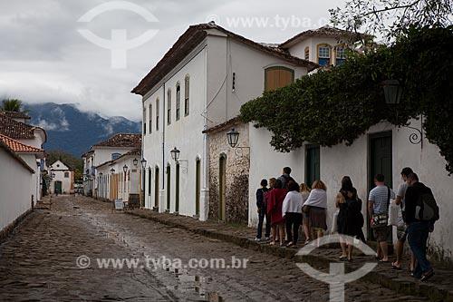 Assunto: Turistas caminhando na Rua Doutor Samuel Costa ao fundo Igreja de Nossa Senhora do Rosário / Local: Paraty - Rio de Janeiro (RJ) - Brasil / Data: 07/2011