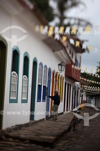 Assunto: Homem entrando em casario colonial / Local: Paraty - Rio de Janeiro (RJ) - Brasil / Data: 07/2011