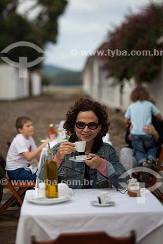 Assunto: Turista em mesa de bar / Local: Paraty - Rio de Janeiro (RJ) - Brasil / Data: 07/2011
