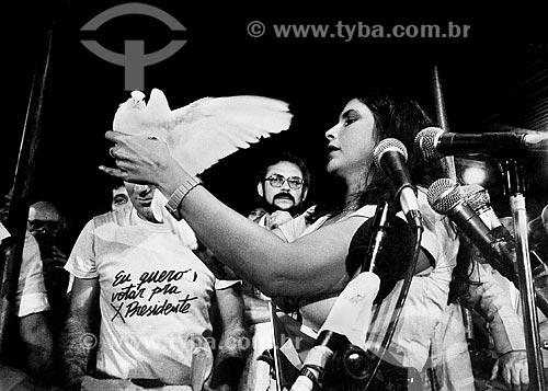 Assunto: Fafá de Belém solta um pombo em homenagem a Teotônio Villela no Comício das Diretas em frente à Igreja Nossa Senhora da Candelária / Local: Rio de Janeiro (RJ) -  Brasil / Data: 04/1984