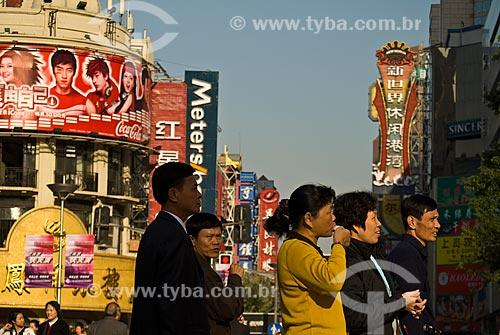 Assunto: Vista de Nanjing Road - Zona comercial / Local: Xangai - China - Ásia / Data: 11/2006
