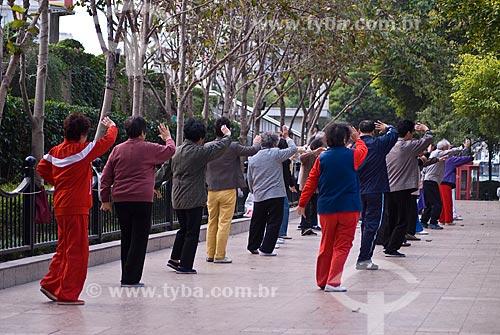 Assunto: Pessoas praticando exercícios de Tai Chi Chuan / Local: Xangai - China - Ásia / Data: 11/2006